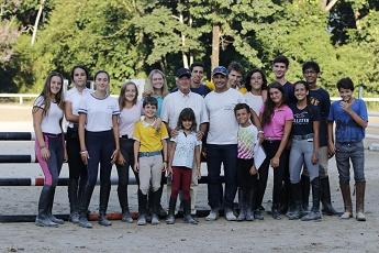 <b>Hélio Pessoa com alunos na Escola Desempenho de Equitação</b>
